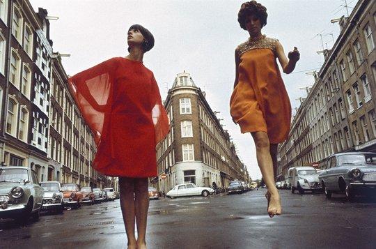 Boudewijn_Neuteboom_mode_in_de_Gerard_Doustraat_Quellijnstraat_De_Pijp_Amsterdam_in_Avenue_1967